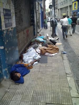 http://1.bp.blogspot.com/_5czD7uDKE3c/SRVz4c-0xlI/AAAAAAAABDU/zJ8YFt59F_s/s400/Rua+7+de+Abril-+mendigos+dormindo+6-11-2008+17-29-22.jpg