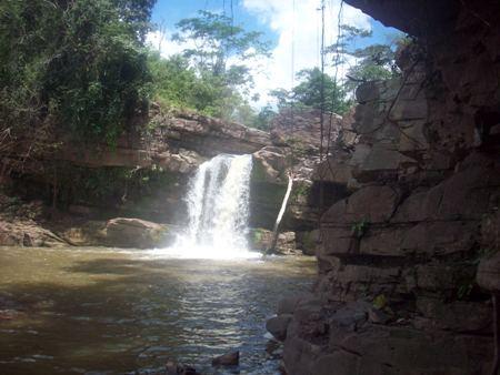 Primera cascada de Lahuarpía en Moyobamba, Perú