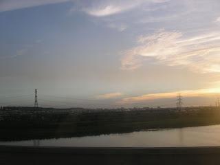 南下的巴士,透過車窗看到夕陽把大肚溪照耀的金 閃閃,我卻只感覺到自己面對未來的茫然與懼怕。