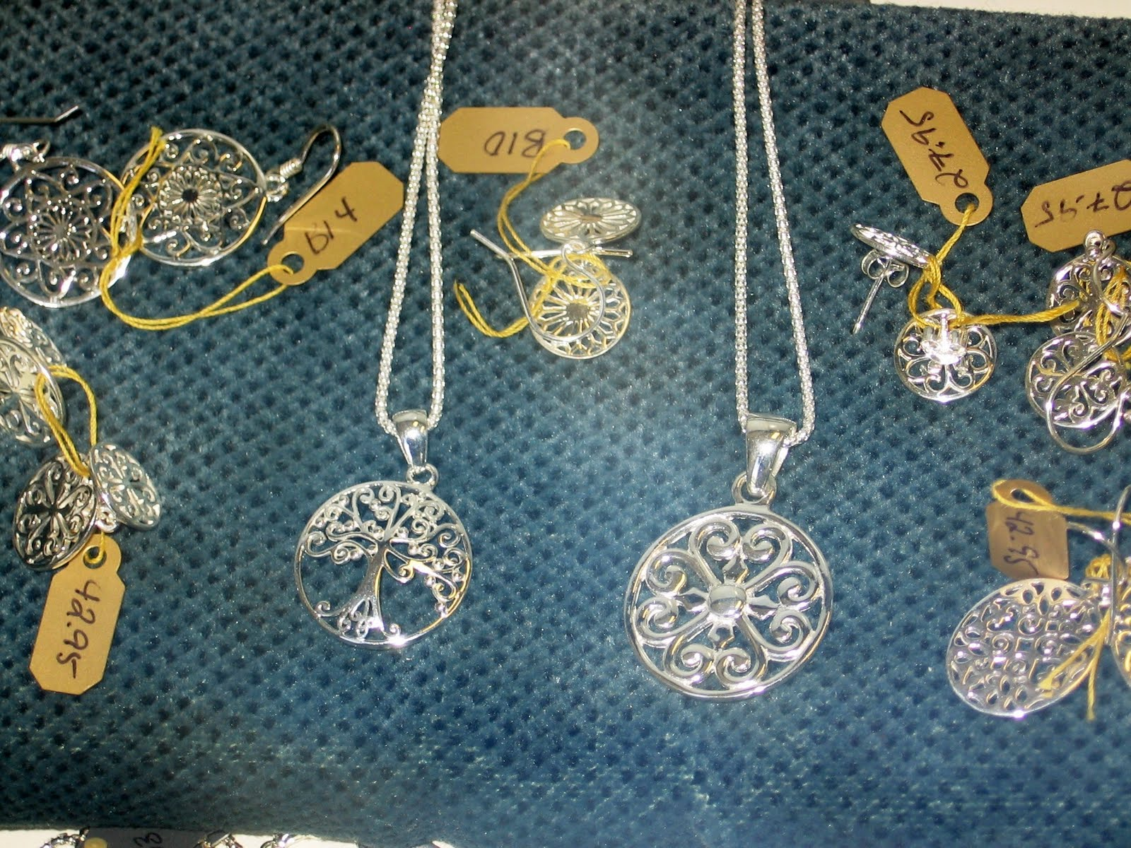 http://1.bp.blogspot.com/_5l2QQ8bPdkM/S87TEMBI6BI/AAAAAAAAKZU/nppE3bidhQ8/s1600/Jewelry.jpg
