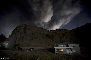 Gunung Meletus di Islandia 4
