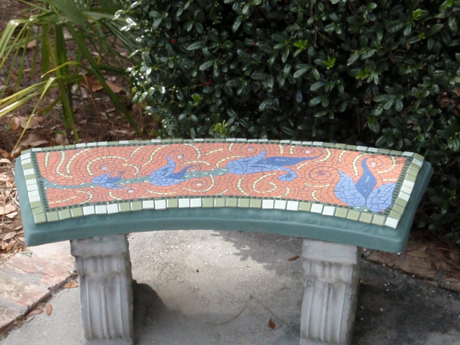 banco de jardim cimento : banco de jardim cimento:banco de cimento, no jardim, ganha ares de banco saído da antiga