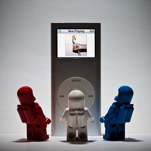 The+lego+spacemen+discover+the+ipod. 50 Incredibly Creative LEGO Creations