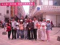 Phóng viên Lê Bình( thứ 2, từ trái sang)