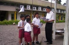 Belajar di Lapangan Upacara