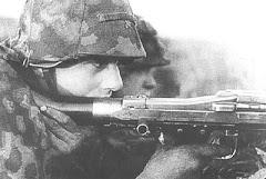 Soldado alemão operando um MG-42
