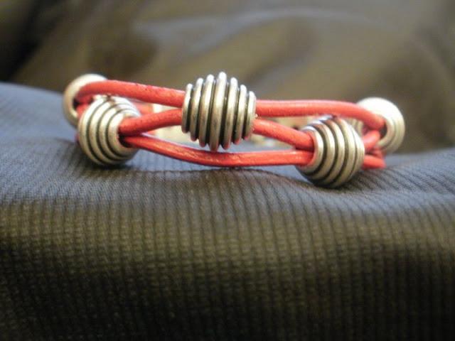 pulseras y collares artesania en cuero. www.pulserasycollares.es