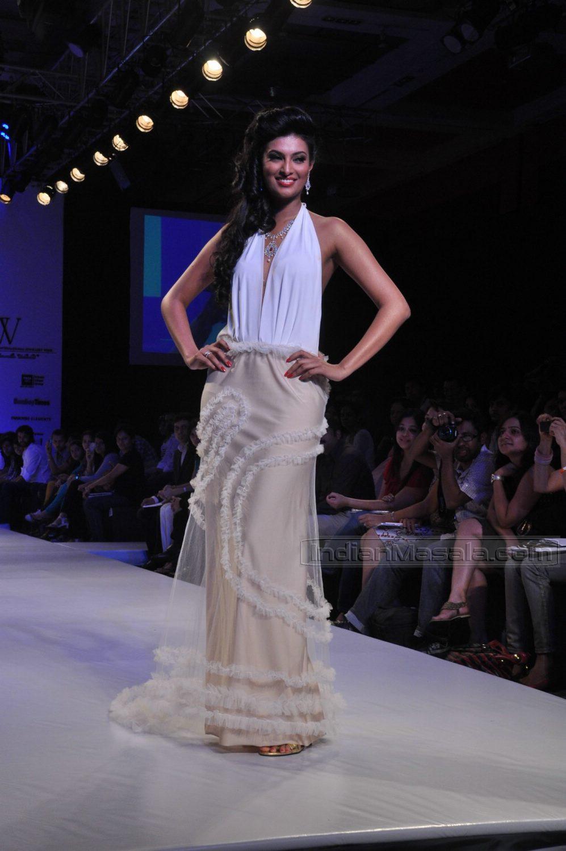 HQ-Sayali Bhagat Backless Models on Ramp at IIJW 2010