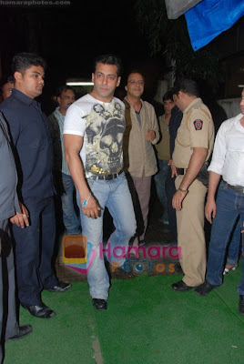 salman khan dabangg was seen by Aamir, shilpa, karisma