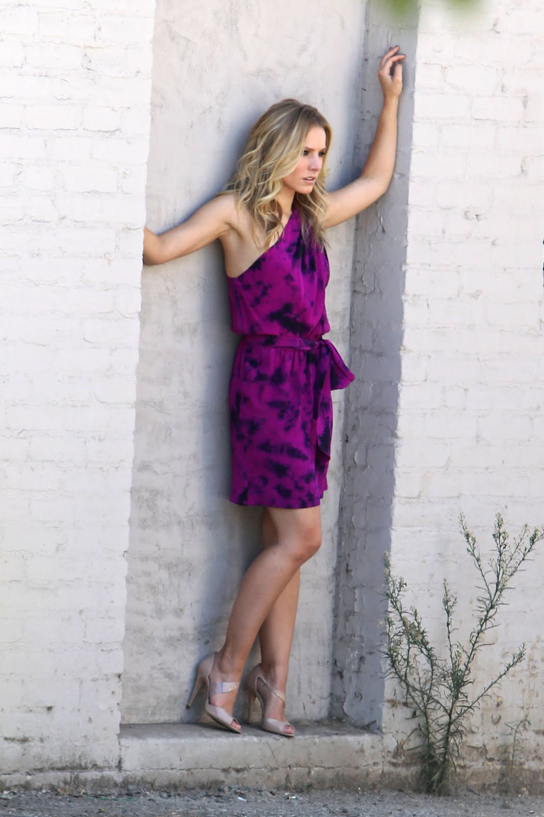http://1.bp.blogspot.com/_6A8j2EQmANk/TJCSFxbDhSI/AAAAAAAAPxQ/h_AVz5olwtw/s1600/Kristen+Bell+is+Looking+Hot+in+Purple+Dress4.jpg