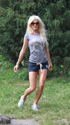 Swedish celebrity model Karin Victoria Silvstedt doing excersice in short outfit pictures