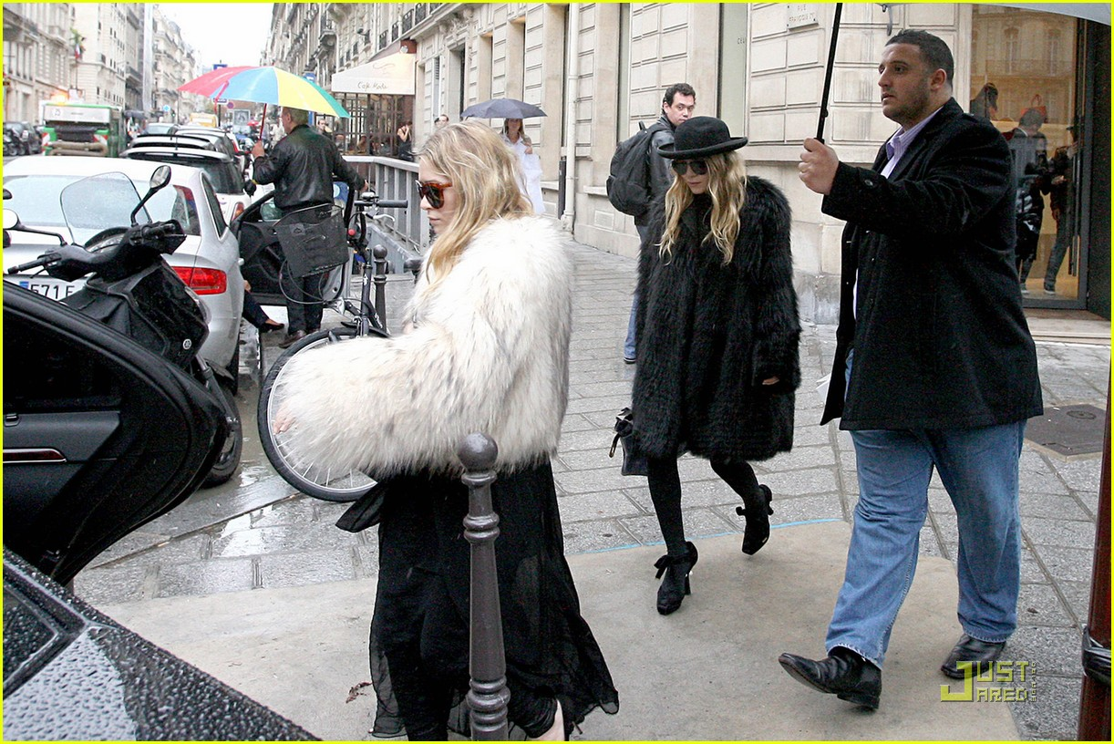 http://1.bp.blogspot.com/_6A8j2EQmANk/TK1KFdxEgrI/AAAAAAAAVvI/fPa_XAqLmKM/s1600/Mary-Kate+%26+Ashley+Olsen+Furry+Fashion+(Photo)+2.jpg