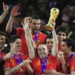 Andrés Iniesta con la copa de campeones del mundo