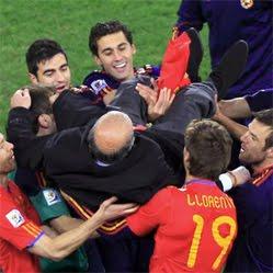 Vicente del Bosque manteado por jugadores campeones del mundo