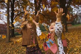 crianças brincando com folhas
