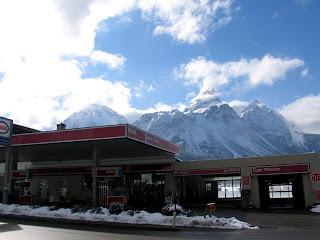 Esso station met op de achtergrond de Sonnenspitze