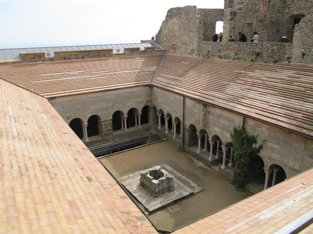 claustro san pere de rodes, monastir de san pere de Rodes, monasterio de San pere de rodes, románico catalán, romànic català