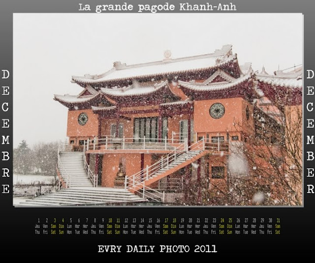 Evry Daily Photo - Calendrier Evry 2011 - Calendar Evry 2011 - Decembre 2011 - La Grande Pagode Khanh-Anh et le Parc des Coquibus