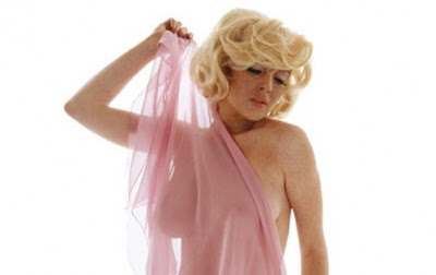10 Wanita dengan payudara Extra Besar