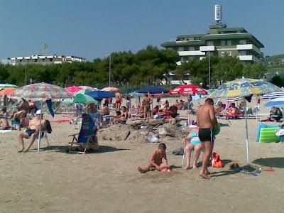Denuncia di un turista, la nostra spiaggia è sporca! Altro che bandiera Blu, meritiamo la bandiera NERA! Grazie Giulio per la segnalazione