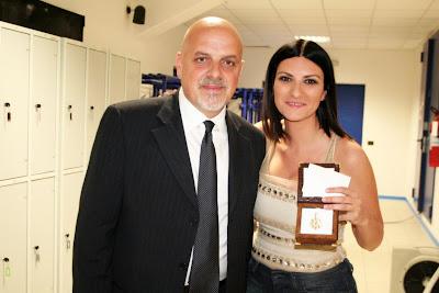 Abruzzo. Il Sindaco Brucchi ha consegnato a Laura Pausini un dono della Regione Abruzzo