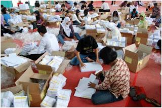 Pekerja Sedang Melipat Surat Suara Pemilu 2009 - 2