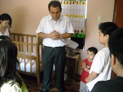Pastor Rino ora con los niños