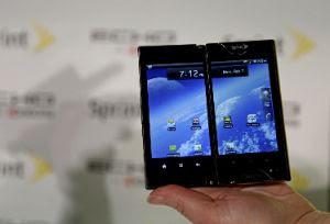Un celular con dos pantallas tactiles