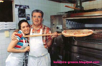 На фото греческая певица Каломира и её папа, на кухне их семейного ресторана в США
