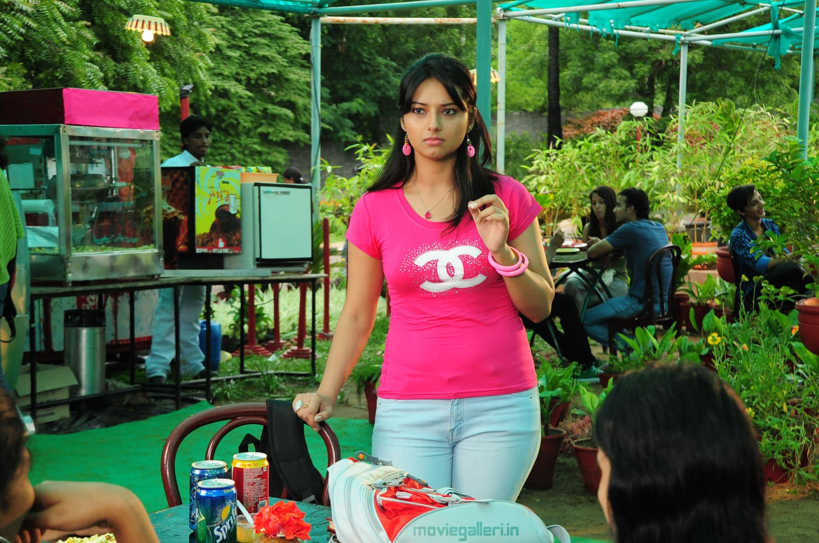 http://1.bp.blogspot.com/_6Vr9b9OoZno/TNzdJiy-T1I/AAAAAAAADmg/8Q5tlrHe3YM/s1600/prema_kavali_movie_stills_wallpapers_06.JPG