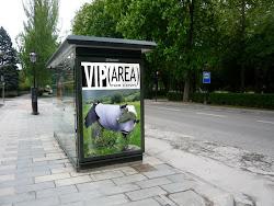 Publicidad en la parada del autobus.