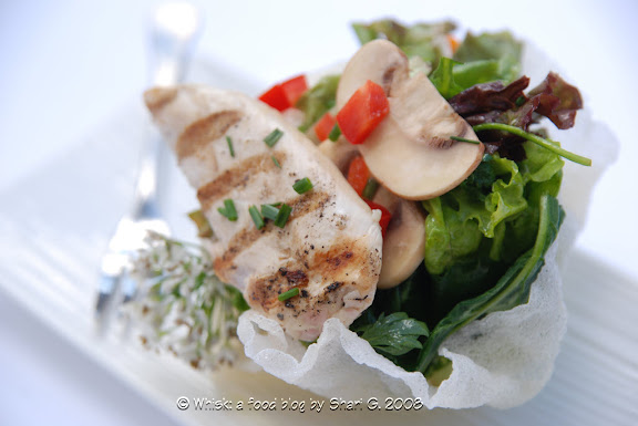 Salade de Poulet aux Epinards (Spinach Salad with Chicken) in a rice bowl