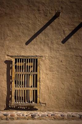 Taş duvarlar...Kol demirleri...