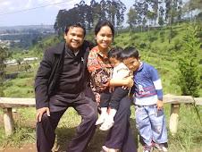 Foto Keluargaku dengan pemandangan alam Lembang-Bandung