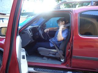 Chica en automovil rojo