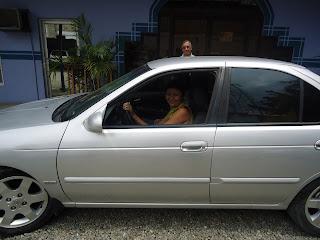 Chica dentro de vehiculo gris