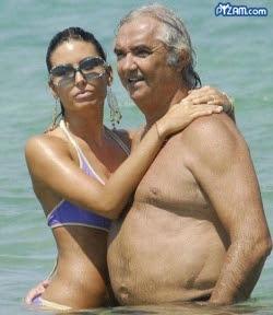 Hombre mayor en la playa con mujer bonita