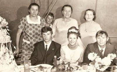 Junto a mamá y tías