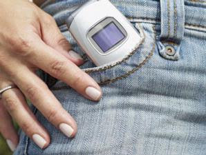 meletakkan ponsel di saku celana