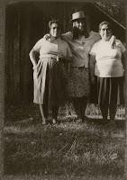 Bárbara Del Carmen y María Albertina Gaez Hinostroza, hijas de Eugenio Gaez y Amelia Hinostroza (en primer plano), junto a su sobrina Claricia