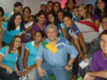 Marcos Pontes e um momento para fotos com os alunos visitantes