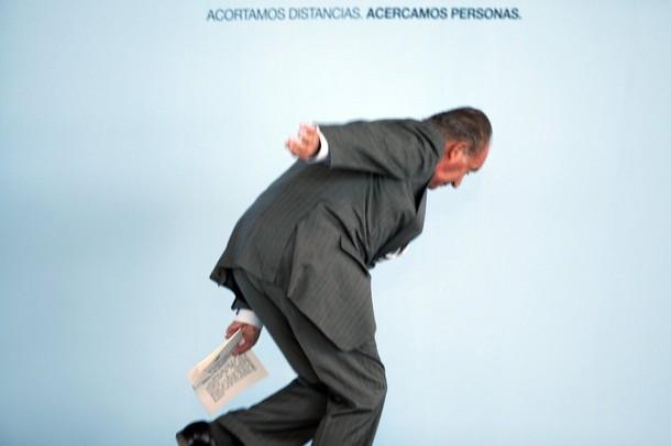 Rey Juan Carlos cae al suelo