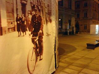 Przedwojenny policjant na rowerze