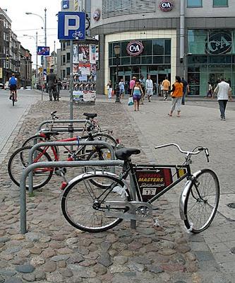 Za pomnikiem - parking rowerowy