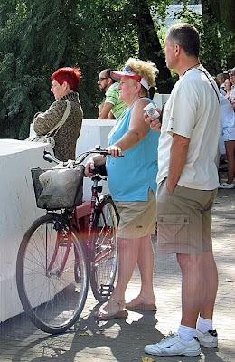 Rowerzystak z daszkiem na głowie
