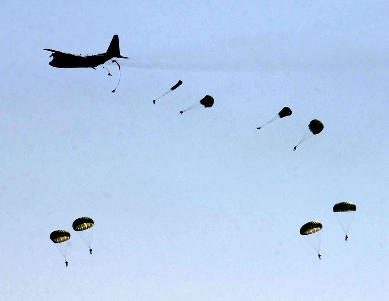 [776px-US_82nd_Airborne_Division_paratroopers_jump.jpg]
