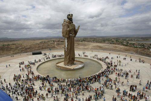 http://1.bp.blogspot.com/_708t-WUWaVU/TKXsOzPiSOI/AAAAAAAAAEI/he9SOgpQ9zA/s1600/estatua_saofrancisco_caninde_CE.jpg