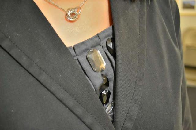 sacramento office fashion blogger angeline evans the new professional business casual gap blazer ebew everybody everywear banana republic necklace