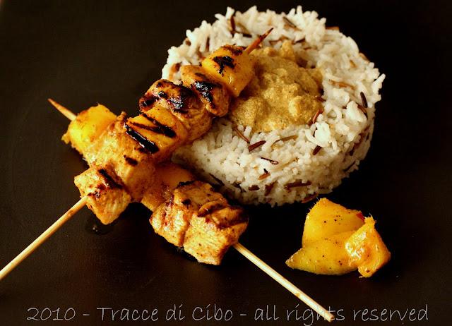 spiedini pollo, mango, curry, mela, riso basmati, riso selvaggio