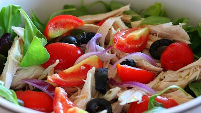 insalata, pollo, rucola, pomodori, olive